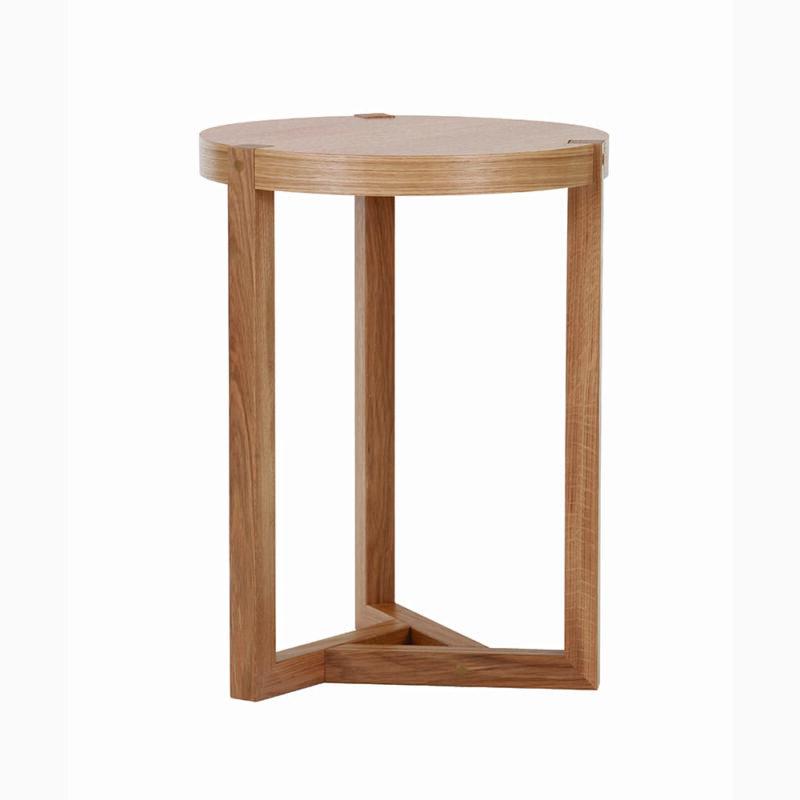 Brentwood sivupöytä, halk.41 cm ja kork. 55 cm, taso tammiviilutettu, jalusta tammea, Woodman.
