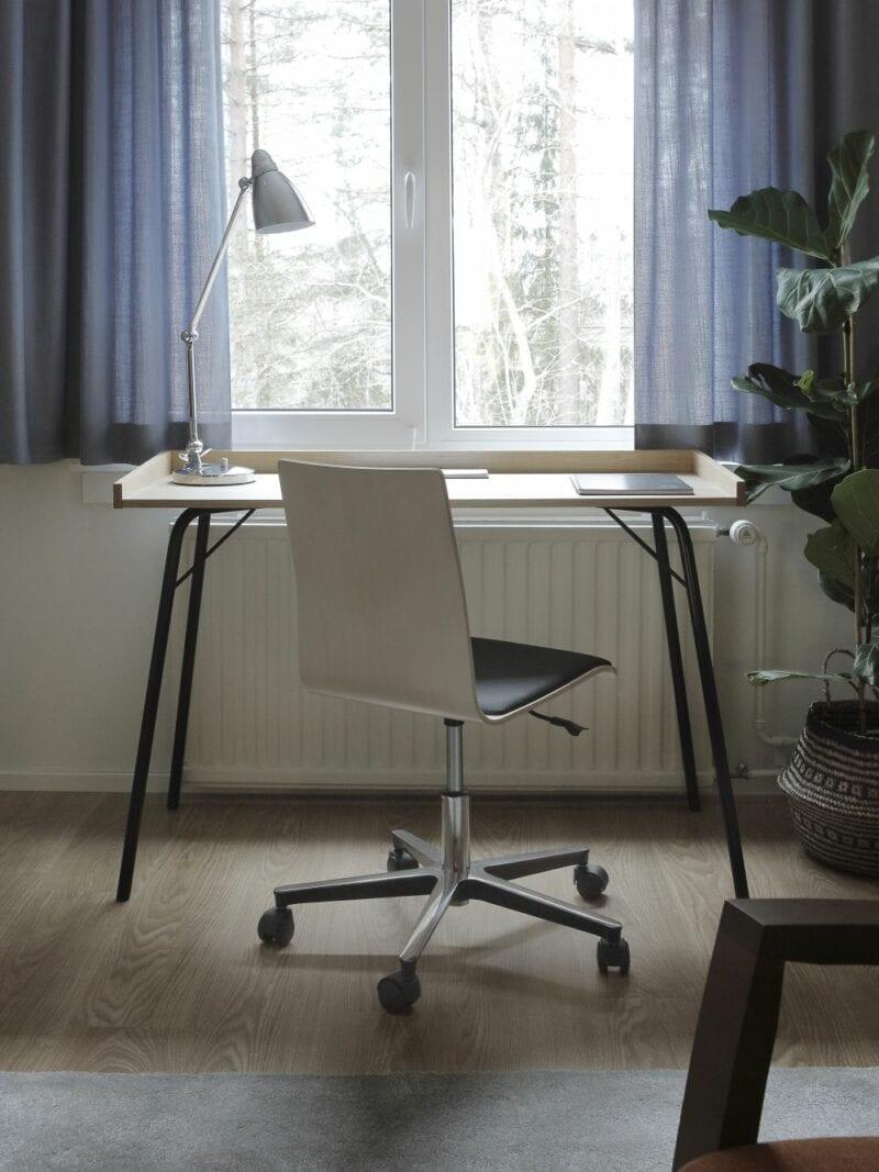 Rayburn työpöytä ja Cafe 7 tuoli kotikonttoriin.