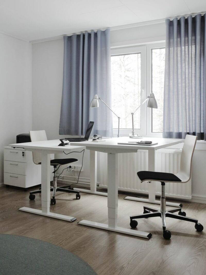 Essi sähkösäätöpöytä, 120x60 cm, valkoiseksi maalattu teräsrunko, 2 moottoria, takuu 2 vuotta.